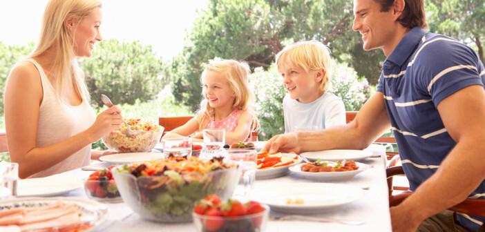Übergewicht vermeiden durch gemeinsame Familienessen. © Monkey Business Images / shutterstock.com