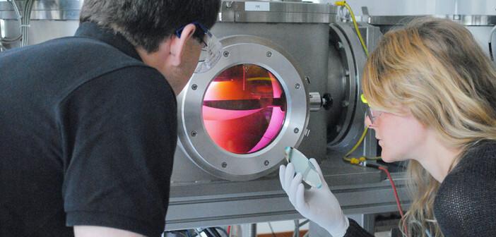 Künstliche Intelligenz in Fokus: Mitarbeiter der Kieler Arbeitsgruppe Nanoelektronik entwickeln memristive Bauelemente für neuronale Schaltungen. Mit der Sputteranlage (Foto) werden ultradünne Schichten eines Werkstoffs hergestellt. © AG Nanoelektronik