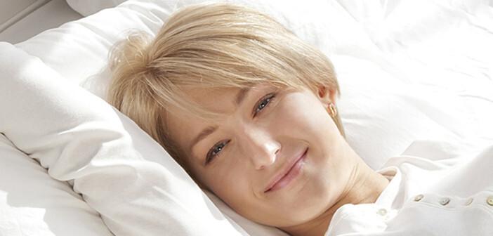 Junge Frau nach einer wohltuenden Nacht mit ausreichend Schlaf lächelt fröhlich am Morgen. © Dmitriy Bezborodkin / shutterstock