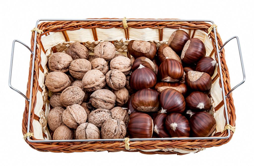 Nüsse und Maroni sind reich an Vitaminen, Mineralstoffen, Eiweiß und Spurenelementen. © Christos Siatos / shutterstock.com