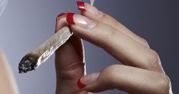 Hormone und Cannabis machen gemeinsam Frauen schneller high. Sie reagieren wesentlich empfindlicher auf den Cannabis-Wirkstoff THC als Männer. © Couperfield / shutterstock.com