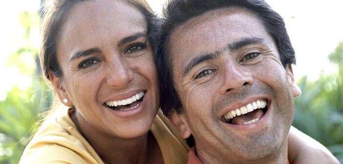 Eine glückliche Frau ist mit ihrer Beziehung zufrieden und ist bereit, mehr für Ihren Partner zu tun – wichtig für eine gute Ehe! © Blend Images / shutterstock.com
