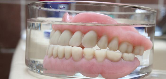 Zahnprothesen sollten während das Schlafes nicht getragen werden, da Schlafen mit Zahnersatz das Lungenentzündungsrisiko sehr erhöht. © Kristian Peetz / shutterstock.com