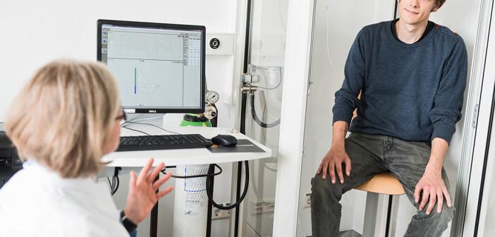 Bodyplathysmographie am Fraunhofer ITEM: Die Lungenfunktion der Asthma-Patienten verbesserte sich signifikant durch das neue inhalative Medikament »SB010« der Firma Sterna Biologicals. ©Felix Schmitt / Fraunhofer ITEM