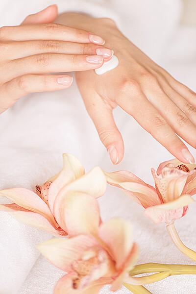 Nach dem Waschen sollten die Hände rückgefettet werden. Am angenehmsten sind dafür natürlich Produkte, die sofort einziehen und nach außen nicht fetten. © BlueSkyImage / shutterstock.com