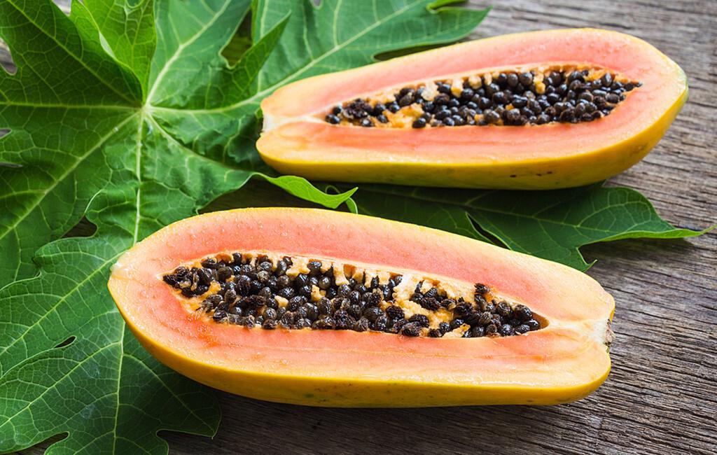 Papain ist ein Enzym, das natürlich in der grünlichen Schale und den Kernen der Obstfrucht Papaya vorkommt. © Still AB / shutterstock.com