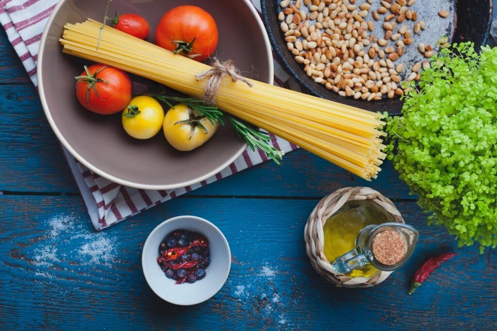 Olivenöl, viel Gemüse und Fisch: Speziell in Hinblick auf die Prävention von Herzkreislauf- und Krebserkrankungen vermutet man, dass mediterrane Ernährung gesund und besonders effektiv ist. © MartiniDry / shutterstock.com