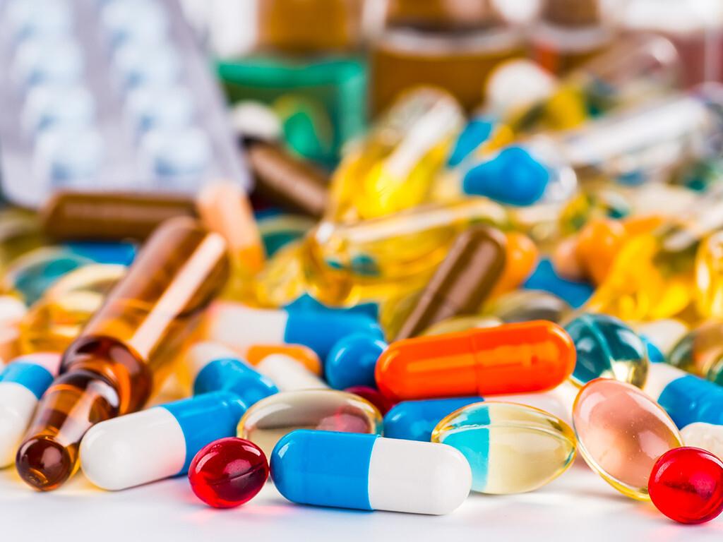 Störungen des  Vitaminstatus durch Medikamente im Alter und die Beeinflussung der Medikamentenwirkung durch Vitamine lassen sich durch eine bedarfsgerechte Supplementierung teilweise beheben. © Bukhta Yurii / shutterstock.com