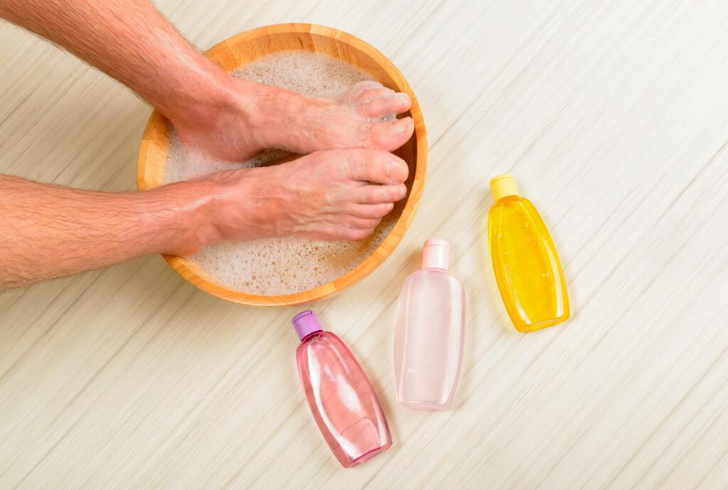 Zum Thema Fußflege, Schweiß und Mykosen stehen Fußbäder hoch im Kurs: mehrmals täglich wirken sie beruhigend und kühlend. ©Monika Wisniewskav / shutterstock.com