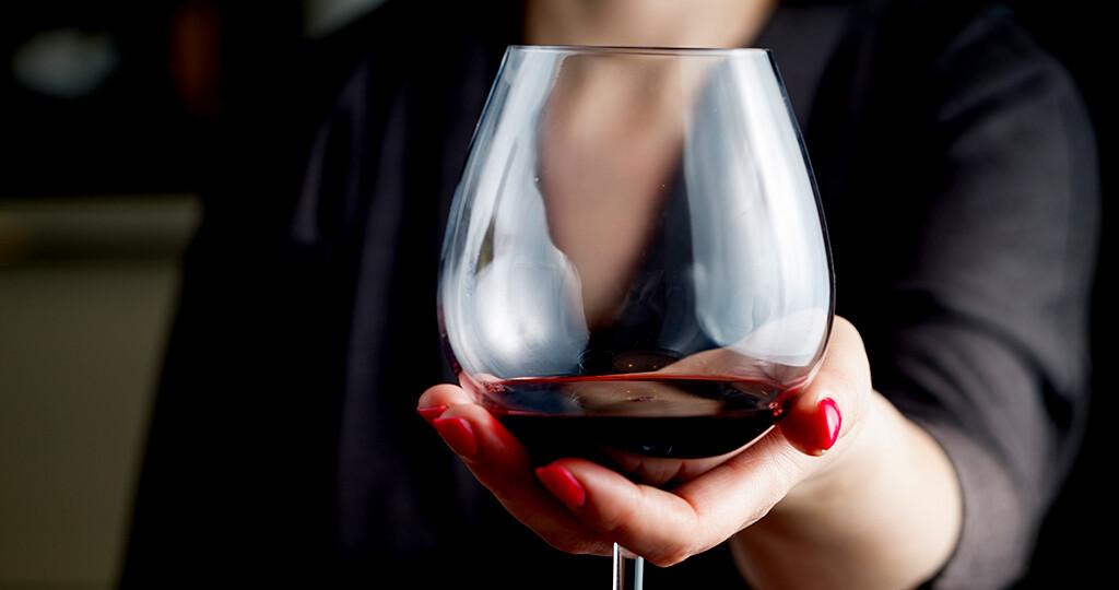 Alkohol zeigt bei chronischen Schmerzen positive Wirkung. © AndreyCherkasov / shutterstock.com