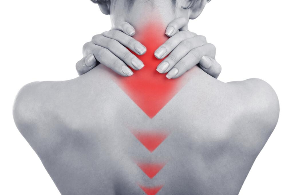 Verschiedene Leitlinien zu chronischen Rückenschmerzen wurden von Experten eingehend analysiert und Empfehlungen ausgearbeitet. © Africa Studio / shutterstock.com