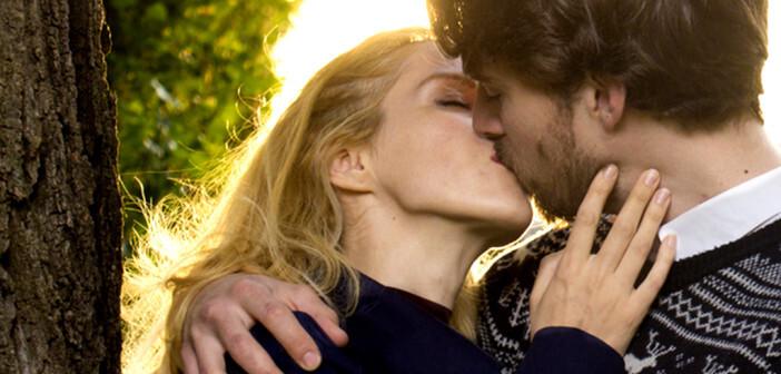Küssen ist gesund – auch für die Partnerschaft als schönes Zeichen an den Partner, dass alles in Ordnung ist. © Milan Stojanovic / shutterstock.com