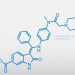 Nintedanib ist ein niedermolekularer Tyrosinkinase-Inhibitor (TKI), der unter anderem die Rezeptor-Tyrosinkinasen der Wachstumsfaktoren VEGF, FGF und PDGF hemmt.