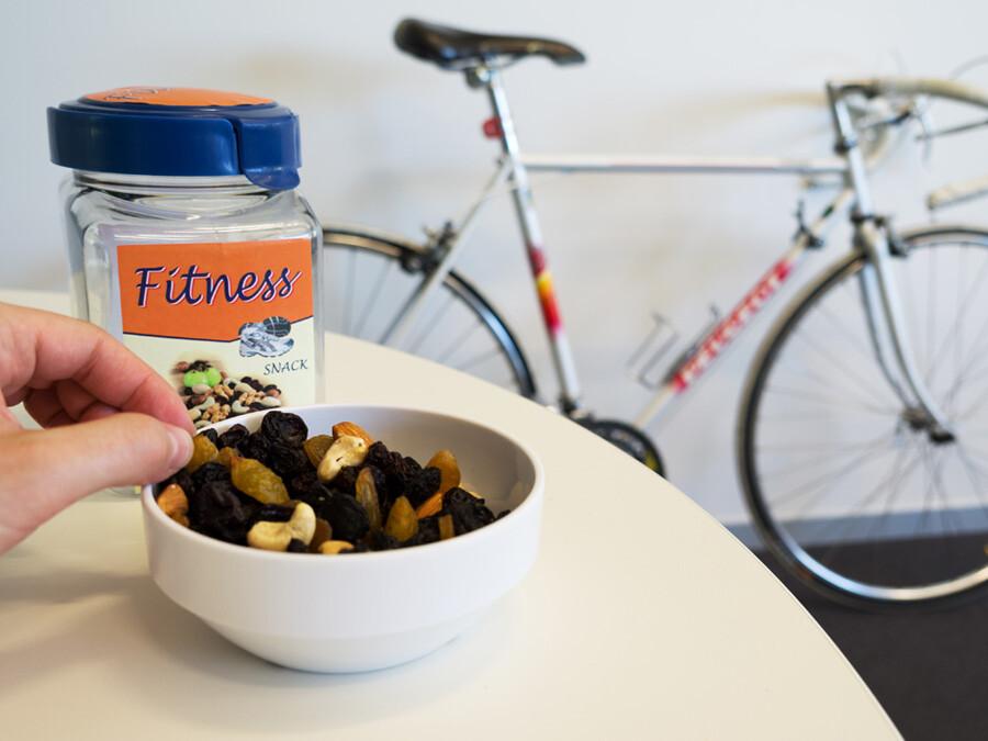 """Die TUM-Forscher stellten fest, dass das als """"Fitness""""-Snack deklarierte Produkt übergewichtige Personen sowohl dazu verführte mehr zu essen, als auch weniger Sport zu treiben. © Veronika Rajcsanyi / TUM"""