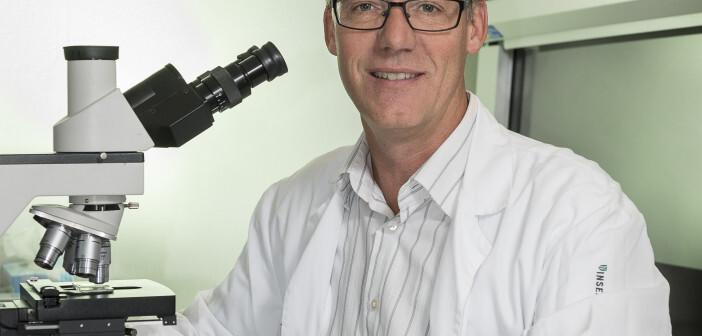 Chronische myeloische Leukämie im Clickpunkt: Prof. Adrian Ochsenbein vom Inselspital Bern im onkologischen Forschungslabor. © Tanja Läser