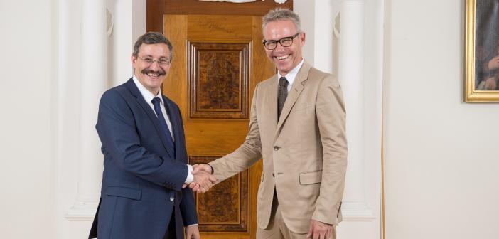 Handshake zwischen UZH-Rektor Michael Hengartner und Stiftungsratspräsidenten Michael Larsson. © Universität Zürich; Frank Brüderli