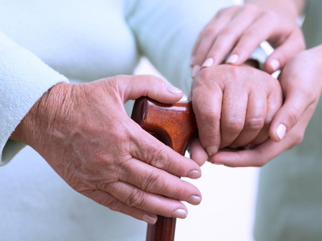 Pflegebedürftige ältere Menschen sind über die Maßen von anderen abhängig und dadurch auch gefährdet, Opfer von Gewalt zu werden – im häuslichen Bereich und in Institutionen wie Altenheimen. © Photographee.eu / shutterstock.com