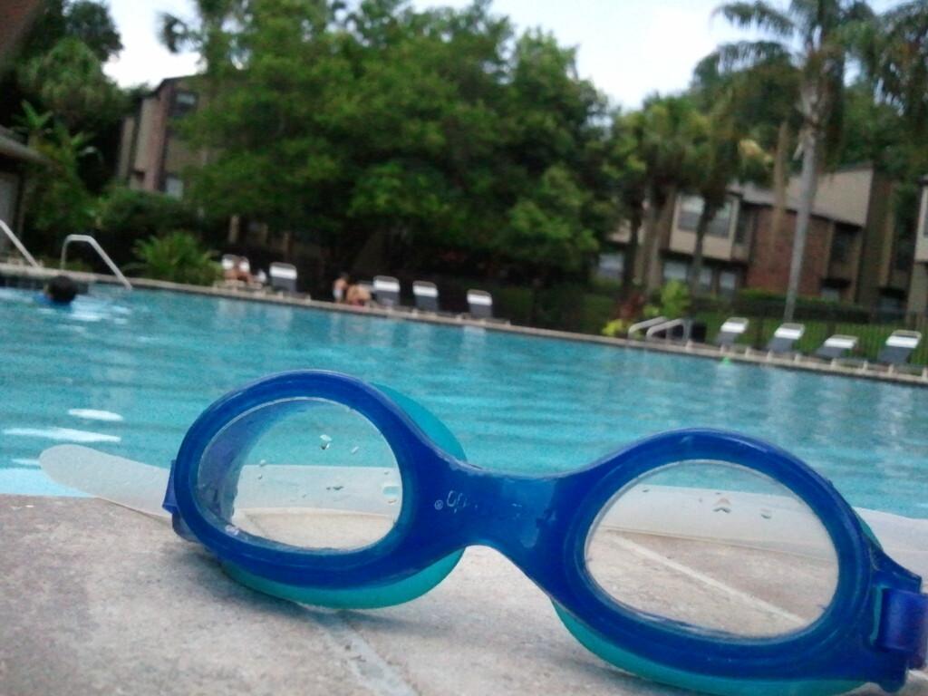 Bakterien im Schwimmbad sind gefährlich – eine Schwimmbrille schafft Abhilfe. © EvelynGiggles / flickr Creative Commons
