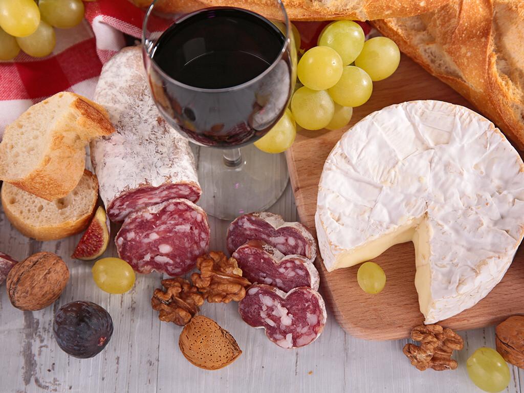 Der Histamingehalt in einzelnen Lebensmitteln steigt mit der Reife- und Lagerungsdauer, eine Jause mit Käse, Wurst, Schinken und Rotwein ist bei Histaminintoleranz sehr problematisch. © margouillat photo / shutterstock.com