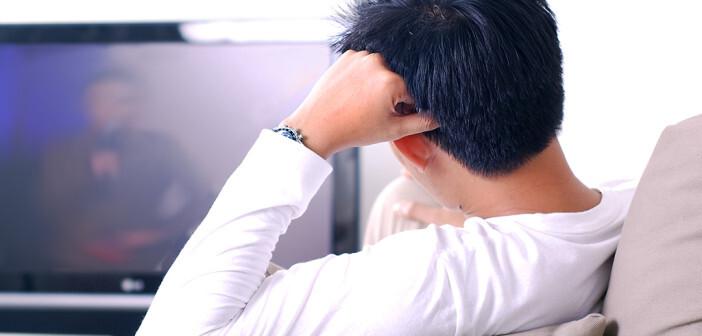 Langes Sitzen – wie vor dem Fernseher – und eine gleichzeitig zu geringe Aufnahme von Flüssigkeit kann ein Risikofaktor für Lungenembolie sein. © jansempoi / shutterstock.com