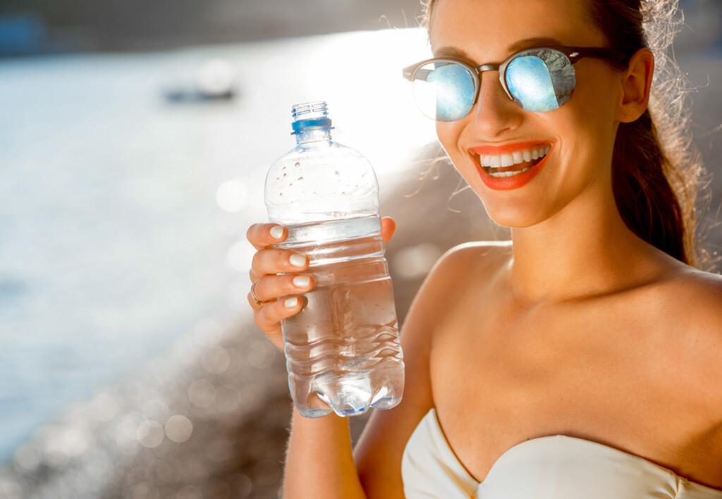 Speziell an heißen Sommertagen ist Wasser trinken ein wahrer Genuss. Wenn man auf seinen Durst hört, kann man auch nicht zu viel Wasser trinken. © Ross Helen / shutterstock.com