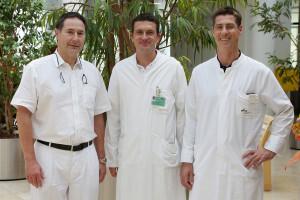 Professor Dr. Hans Schlitt (links), Dr. Stefan Brunner (Mitte), Professor Dr. Stefan Fichtner-Feigl (rechts) © UKR