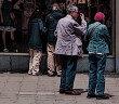 Die Schaufensterkrankheit PAVK – periphere arterielle Verschlusskrankheit – verursacht am Beginn der Krankheit typischerweise Schmerzen in den Beinen. Diese zwingen die Betroffenen zum wiederholten Verweilen beim Gehen, ähnlich einem Schaufensterbummel. © www.afcom.at