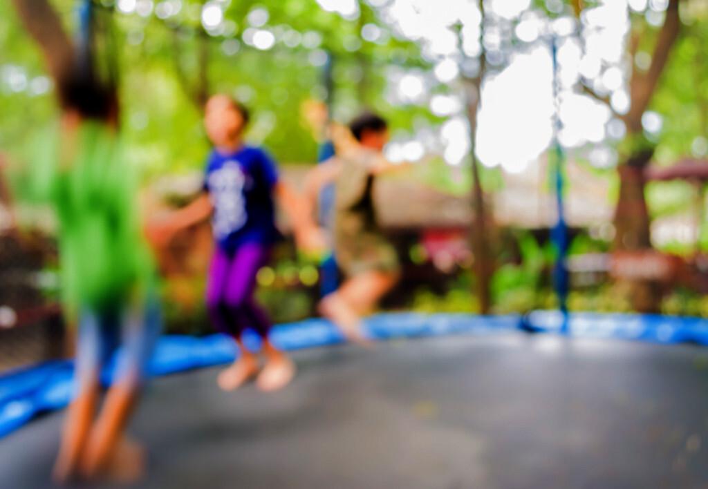 Viel Licht setzt Dopamin in der Netzhaut frei – mit diesem Hintergrund soll das Spielen im Freien gegen Kurzsichtigkeit bei Kindern helfen. ©BLUR LIFE 1975 / shutterstock.com