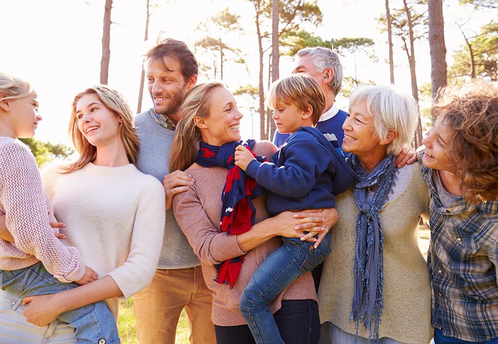 Positiver Einfluss auf psychisches Wohlbefinden im Erwachsenenalter durch warmherzige und weniger kontrollierende Erziehung. © Monkey Business Images / shutterstock.com