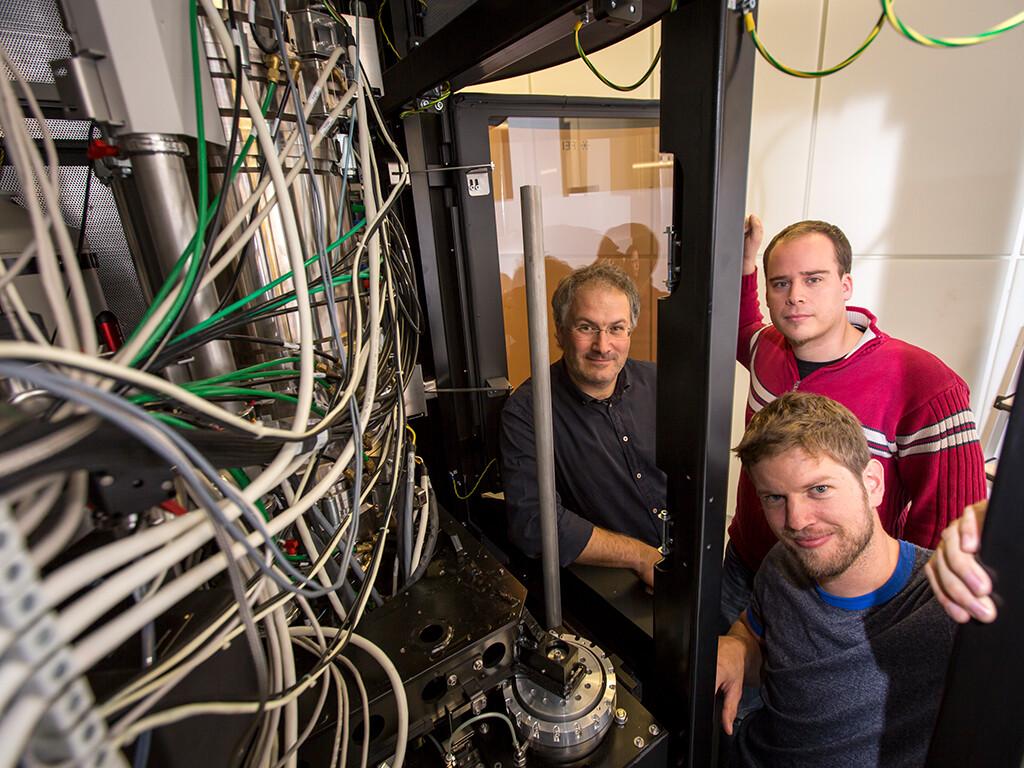 """ASTEM ist eines der weltweit leistungsfähigsten analytischen Elektronenmikroskope. Im Bild die Hauptautoren der jüngsten Publikation zur """"Atomografie"""" in Nature Communications (v.l.): Gerald Kothleitner, Philipp Thaler und Georg Haberfehlner vom Institut für Elektronenmikroskopie und Nanoanalytik der TU Graz. © Lunghammer / TU Graz"""