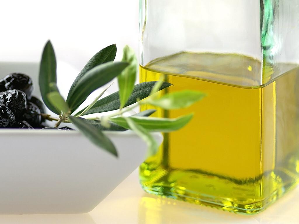 Natives Olivenöl – mit seinen Inhaltsstoffen Ölsäure, Oleuropein und Hydroxytyrosol – weist vielfältige positive Einflüsse auf Herz, Gefäße und Stoffwechsel auf. © Gaby Fitz / shutterstock.com