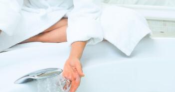 Im Rahmen der Pflege bei Neurodermitis sollte dem Badewasser immer ein fettender Ölzusatz beigegeben werden. © StockLite / shutterstock.com