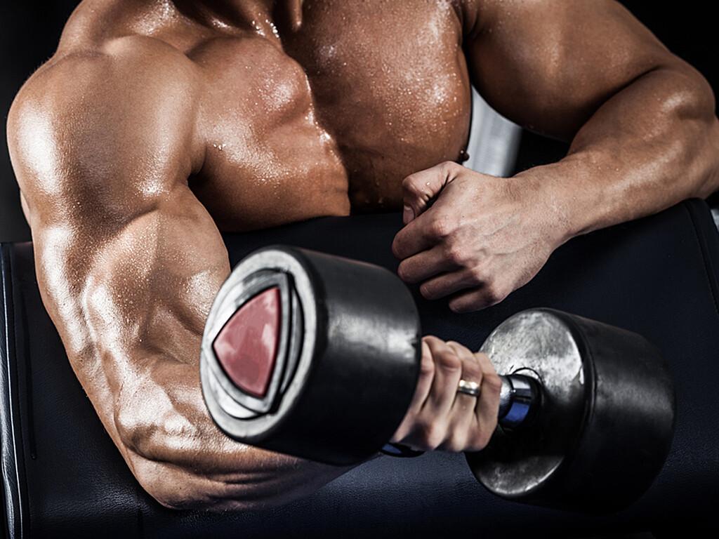 Anzeichen von Muskelsucht (Bigorexia, Muskeldysmorphie) können zwanghaftes Trainieren unter Vernachlässigung von Familie und Freunden sein. © Maksim Toome / shutterstock.com