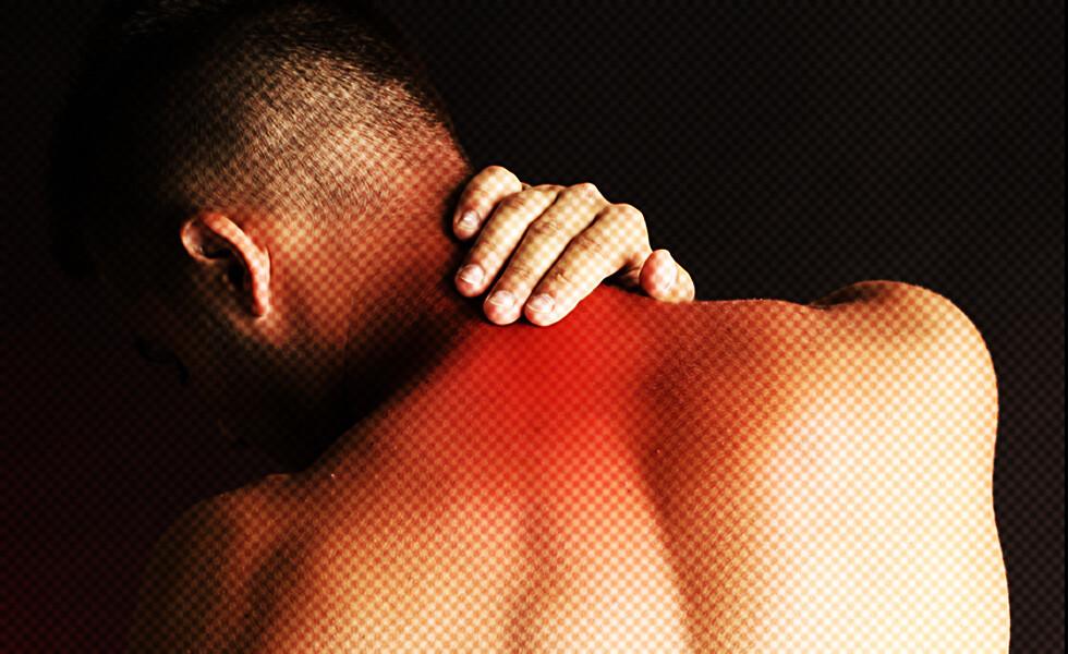 Bei einer Operation an der Halswirbelsäule, um chronische Rückenschmerzen zu lindern, so ist höchste Präzision gefragt, um das empfindliche Rückenmark nicht zu schädigen. © Africa-Studio / shutterstock.com