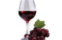 Durch die besondere Kelterungsverfahren ergeben sich im Rotwein 10 bis 20 mal höhere Konzentrationen an Resveratrol als im Weißwein. © africa studio / shutterstock.com