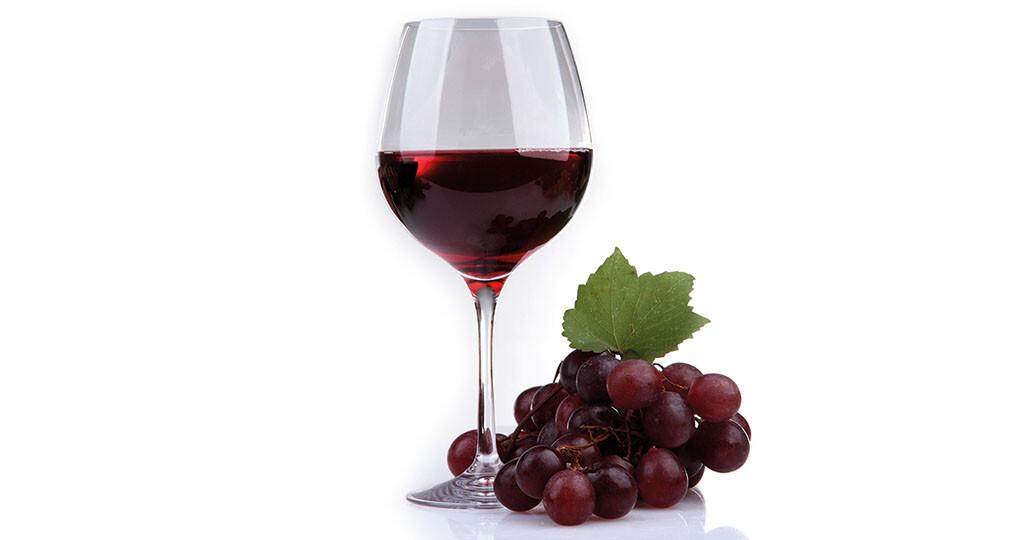 Französisches Paradoxon: Der Konsum von Rotwein mit seinem ntioxidativen Inhaltsstoff Resveratrol bringt positive gesundheitliche Effekte für Herz und Kreislauf. © africa studio / shutterstock.com