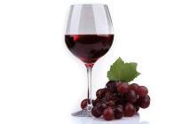 Der Konsum von Rotweinkonsum zeigt positive gesundheitliche Effekte. (Französische Paradoxon). © africa studio / shutterstock.com