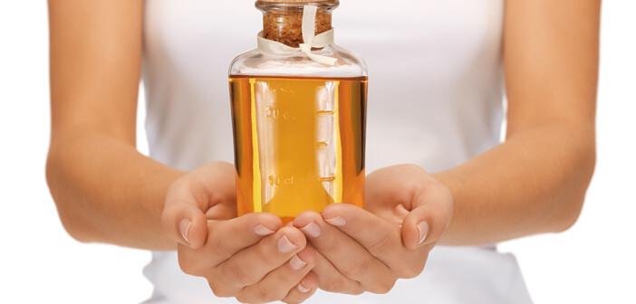 Zur Reinigung, Pflege und Therapie juckender, trockener Haut werden seit Jahren rückfettende Mittel zur Balneotherapie bzw. medizinische Ölbäder empfohlen. © Syda Productions / shutterstock.com