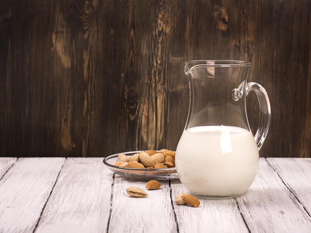 Milch und Milchprodukte enthalten sehr viel Kalzium – aber auch hartes Trinkwasser, Eier und verschiedenen Gemüsesorten sowie Pflanzen (Sesam) enthalten teilweise große Mengen Kalzium. © Ekaterina Markelova / shutterstock.com