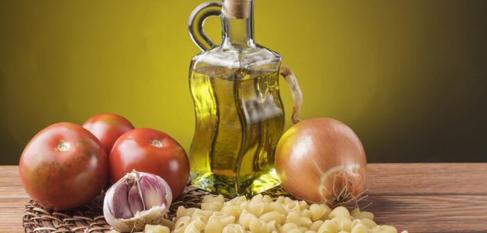 Ernährungswissenschaftler aber auch Ärzte empfehlen eine mediterrane Ernährung, die reich an Obst und Gemüse sowie Nahrungsmittel mit ungesättigten Fettsäuren ist. © LUISMARTIN / shutterstock.com