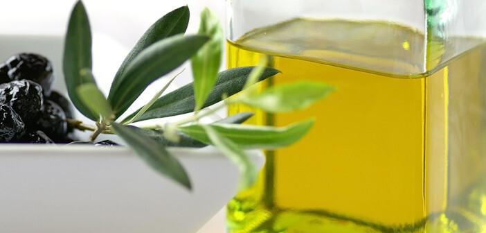 In der Ernährung bei Rheuma beeinflusst die Zufuhr von 50 g Linolsäure pro Tag, welche reichlich in Olivenöl enthalten ist, die Entzündungsvorgänge positiv. © Gaby Fitz / shutterstock.com