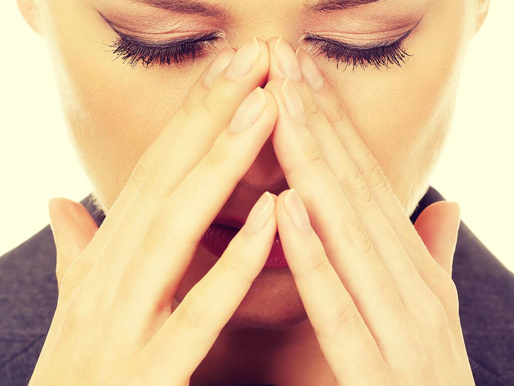 Erkältungssymptome, Schnupfen (akute Rhinitis, akute Sinusitis) © Piotr Marcinski / shutterstock.com