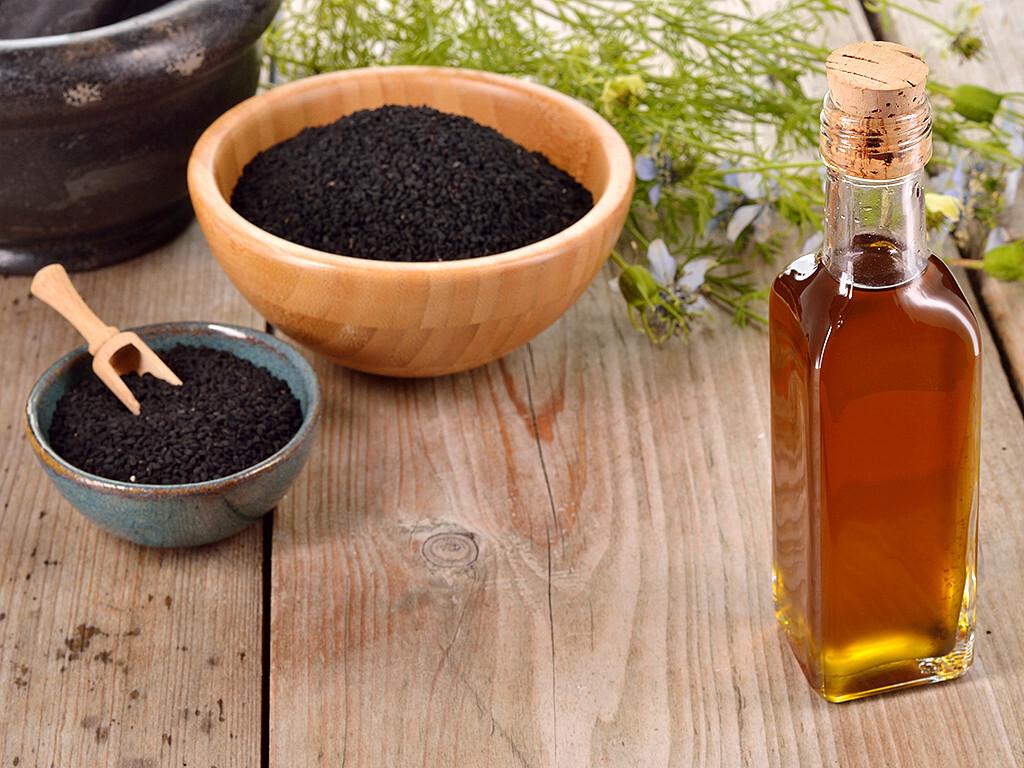 Auch in unseren Breiten schätzt man die Wirkung von Schwarzkümmelöl (Schwarzkümmel gedeiht beispielsweise im österreichischen Marchfeld sehr gut). © Geo-grafika / shutterstock.com