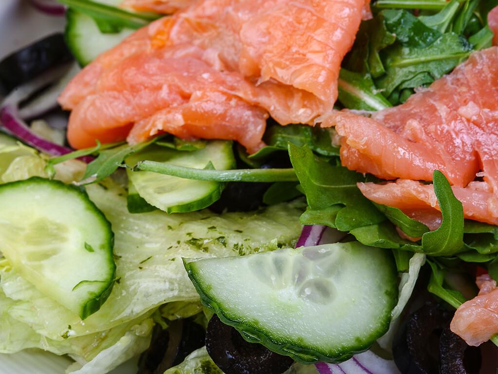 Grünes Gemüse nebst Gurke und auch Lachs sind sehr gute Beispiel zu leckeren Zutaten für gesunde Snacks. © Andrey Starostin / shutterstock.com