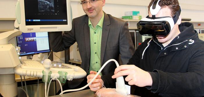 Die Datenbrille vor Augen, den Ultraschallkopf in der einen Hand, die Biopsienadel in der anderen: So kann der Arzt viel leichter und präziser Gewebeproben entnehmen.. Links: Projektleiter Stefan Maas, rechts mit der AR-Brille: Marvin Ingler, Informatikstudent. Foto: WH / BL