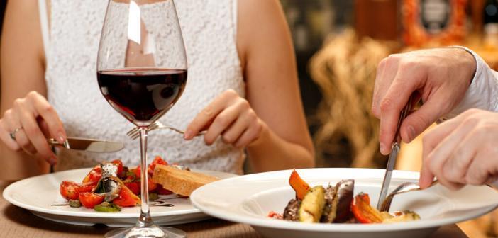 Isst man auswärts, geht dies meist mit höheren Kalorien-, Fett- und Salzgehalt der Mahlzeit einher, was wiederum die Entstehung von hohem Blutdruck fördert. © Nestor Rizhniak / shutterstock.com