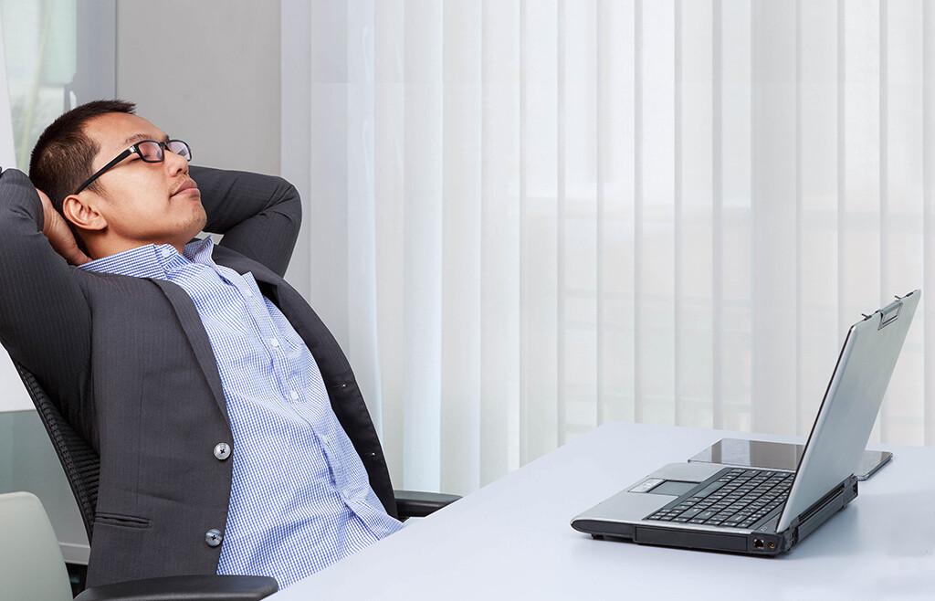 Entspannungsübungen im Büro helfen, Schulter-, Nacken- und Kopfschmerzen zu vermeiden, aber auch die Energiespeicher wieder vollzutanken. © Mr.Cheangchai Noojuntuk / shutterstock.com