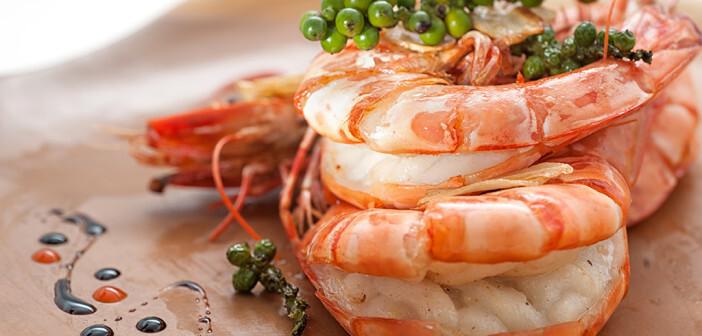 Lebensmittel, die gesunde Fette enthalten, sind Fisch und Meeresfrüchte, Nüsse, Samen und verschiedene Gemüsearten. © StaryLyss / shutterstock.com
