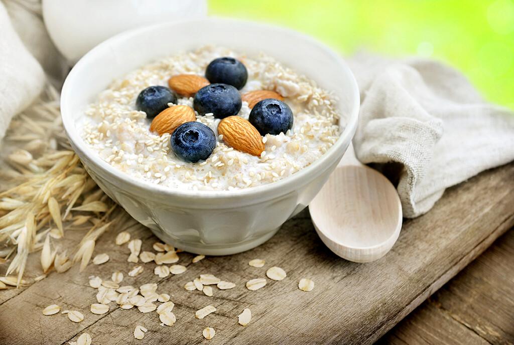 Lösliche Ballaststoffe in Haferflocken und Früchten als Teil einer gesunden fettarmen Diät können den Cholesterinspiegel im Blut zu senken. © Ulada / shutterstock.com