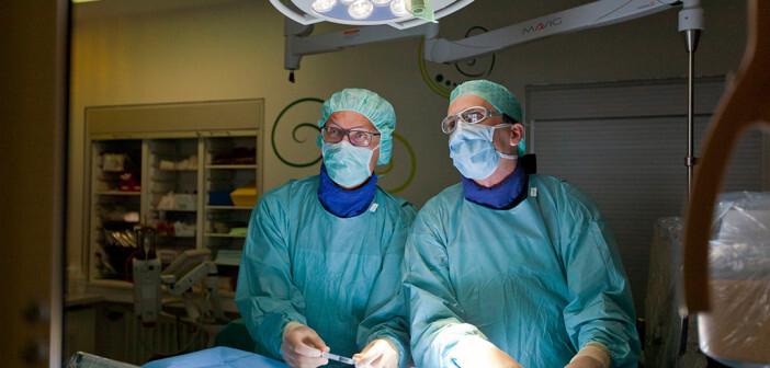 Pro. Dr. Georg Hansmann (rechts) und Privatdozent Dr. Harald Bertram führen im Zusammenhang mit Lungenhochdruck bei Kindern eine Herzkathetheruntersuchung durch. © MHH / Kaiser
